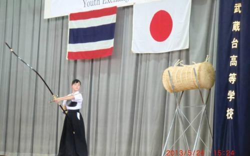 เยาวชนจากโรงเรียนมุซาชิไดนำเสนอศิลปะการยิงธนู
