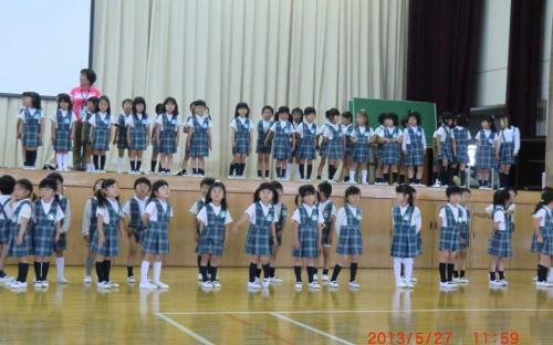 น้องอนุบาลโรงเรียนมัธยมโตไกขับร้องเพลงต้อนรับคณะเยาวชนจากกรุงเทพมหานคร