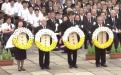 การวางพวงมาลาเพื่อไว้อาลัยแตด่ผู้เสียชีวิตจากระเบิดปรมาณู บริเวณหน้าอนุสาวรีย์รูปปั้นสันติภาพ ณ สวนสันติภาพนางาซากิ ในพิธีรำลึกสันติภาพแห่งนางาซากิ ครั้งที่ 72